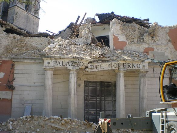 2009年,拉奎拉地震後的政府辦公室 via wikipedia / TheWiz83